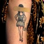 """Diez años sin Amy Winehouse, la """"leona"""" de Camden - Un tatuaje de la cantante británica Amy Winehouse está cubierto con una tirita en el brazo de un miembro del público después de que fueron inoculados con una dosis de la vacuna COVID-19 de Johnson and Johnson hoy, durante un 'Take The Shot - Get a Beer en Washington DC, EE.UU.. El evento alentó a los miembros del público a vacunarse ofreciendo una cerveza gratis después de la vacunación. Foto de EFE/ Will Oliver."""