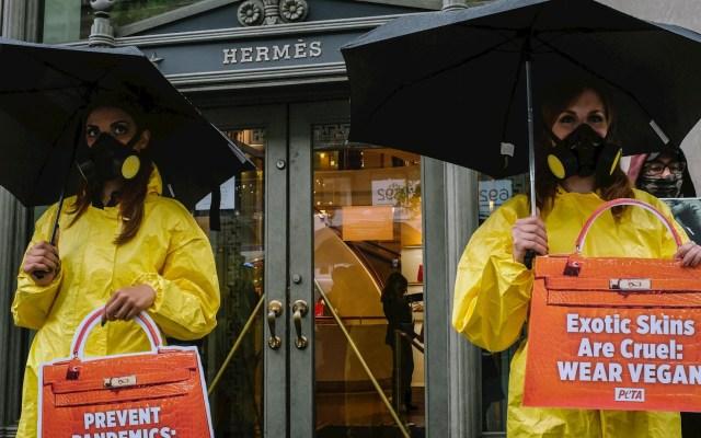 PETA protesta ante tienda en NY de Hermès por uso de pieles animales - Partidarios de PETA se reúnen fuera de la tienda Hermès situada en la lujosa Madison Avenue de Nueva York, el 5 de mayo de 2021. Foto de EFE/EPA/Alba Vigaray