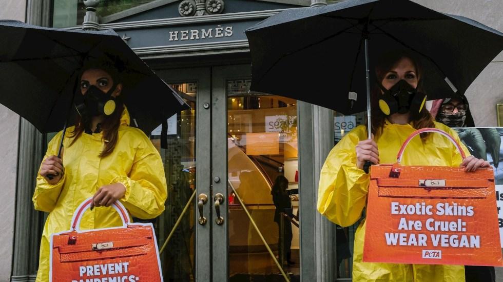 Activistas de PETA protestan afuera de Hermès en NY por uso de pieles - Partidarios de PETA se reúnen fuera de la tienda Hermès situada en la lujosa Madison Avenue de Nueva York, el 5 de mayo de 2021. Foto de EFE/EPA/Alba Vigaray