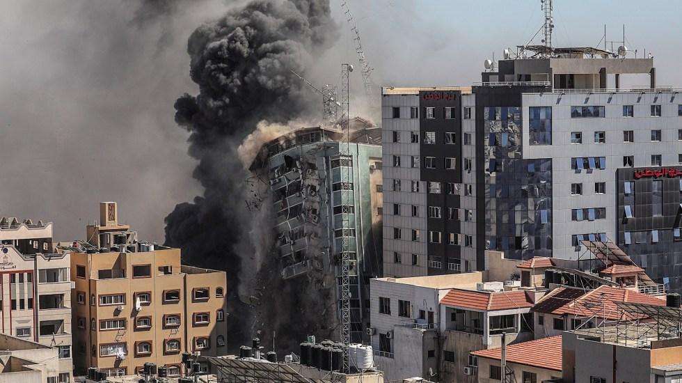 Estados Unidos intenta mediar en el conflicto Israel-Palestina - Una columna de humo asciende de una torre de 14 plantas en la ciudad de Gaza, sede de la agencia de noticias estadounidense AP, la cadena de noticias Al Jazeera y otros medios internacionales, que Israel derribó este sábado. Foto de EFE/ Mohammed Saber.
