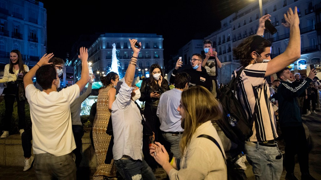 #Video Regresan las fiestas en España con fin del estado de alarma por COVID-19 - Jóvenes toman las calles de España tras fin del estado de alarma. Foto de EFE