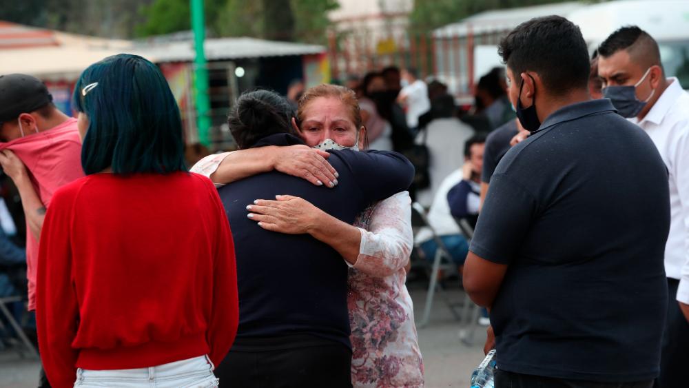 """""""Al carajo"""" con tomarse fotos con víctimas como las del Metro: AMLO - Línea 2 Metro CDMX familiares víctimas"""