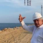 """#Video Presume López Obrador rompeolas en puerto de Salina Cruz; """"esto lo soñó Juárez"""", recuerda"""