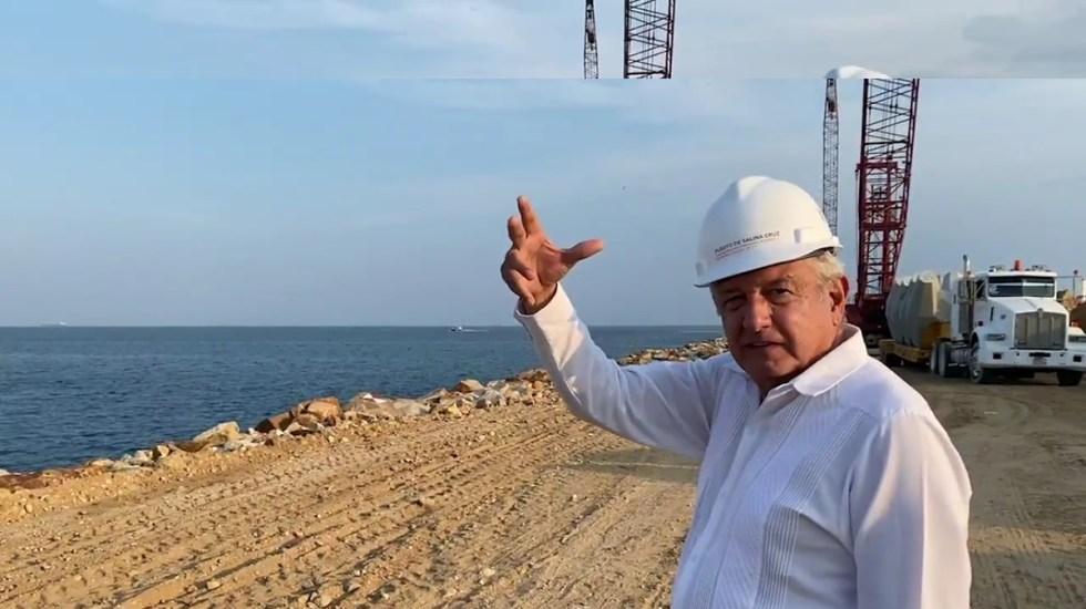 """#Video Presume López Obrador rompeolas en puerto de Salina Cruz; """"esto lo soñó Juárez"""", recuerda - López Obrador en puerto de Salina Cruz, Oaxaca. Captura de pantalla"""
