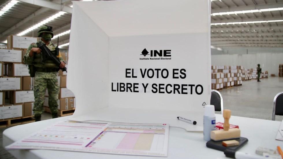 """INE desmiente cadenas de WhatsApp: """"nadie puede votar con la credencial de otra persona"""" - Mampara y documentación electoral. Foto de @adriafavela"""