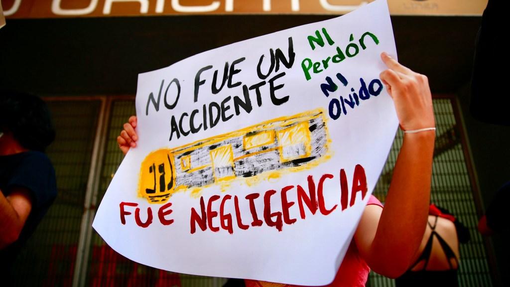 El 82.7 por ciento de los mexicanos acusa negligencia en accidente de Línea 12 del Metro - Manifestación contra autoridades por colapso en Línea 12 del Metro. Foto de EFE