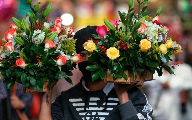 Mexicanos compran flores por Día de las Madres - El Mercado de Jamaica en la Ciudad de México se llena de visitantes en busca del mejor arreglo florar para sus mamás, con motivo del Día de las Madres que se festeja cada 10 de mayo. Foto de EFE