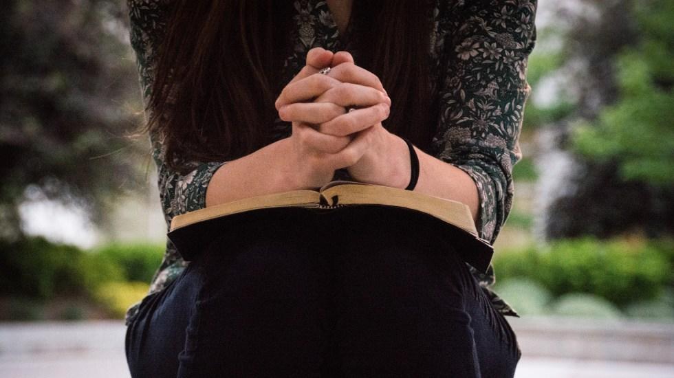 Enfadarse un poco con Dios es bueno, sostiene el papa Francisco - Mujer rezando. Foto de Olivia Snow / Unsplash