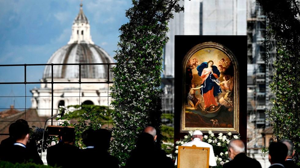 Papa Francisco pide a la Virgen Desatanudos el fin de la pandemia - Papa Francisco durante maratón de rezo del Rosario. Foto de EFE