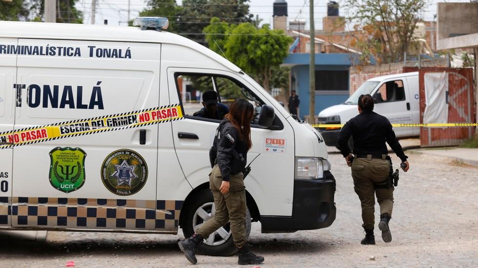 Suman 83 mil 677 homicidios dolosos en lo que va del sexenio - Peritos de Tonalá, Jalisco, en zona de hallazgo de nueve cadáveres. Foto de EFE