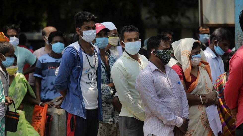 India suma menos de 300 mil casos de COVID-19 por primera vez en 25 días - Posibles pacientes de COVID-19 en fila para aplicarse prueba. Foto de EFE
