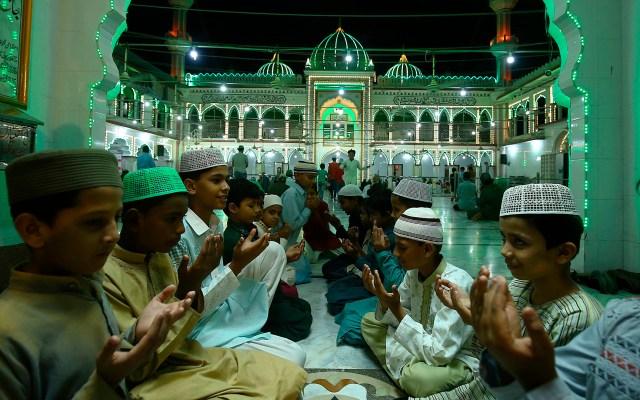 Ramadán en Pakistán - Musulmanes rezan el día 27 del mes de ayuno islámico del Ramadán en medio de una tercera ola de COVID-19 en Karachi, Pakistán. Se cree que Laylat al-Qadr (en árabe para la noche del destino) es la noche en que El versículo del libro sagrado del Islam, el Corán, fue revelado al Profeta Muhammad, aunque se desconoce la fecha exacta, pero se cree que es una noche extraña de las últimas 10 noches del mes sagrado de Ramadán. Foto de EFE
