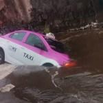 """#Video Taxi cae a socavón en Milpa Alta; """"me jaló la tierra"""", dice conductor"""