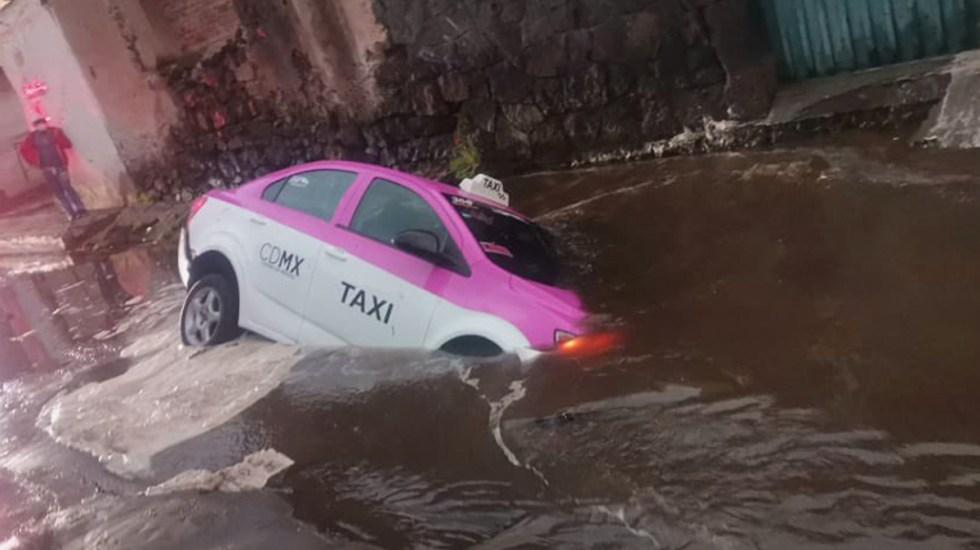 "#Video Taxi cae a socavón en Milpa Alta; ""me jaló la tierra"", dice conductor - Taxi cae a socavón en Milpa Alta. Foto de @i_alaniis"