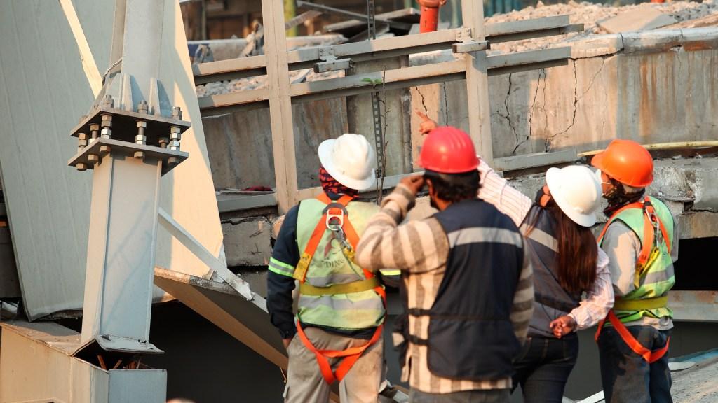 Secretaría de Obras revisa todos los tramos elevados del Metro tras colapso en Línea 12 - Trabajadores en zona de accidente de Línea 12 del Metro. Foto de EFE