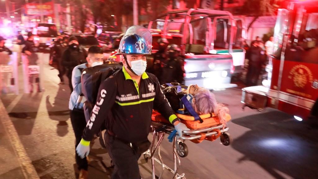Muñoz Ledo pide 'desenmascarar' a responsables de colapso del Metro - Traslado de persona herida por colapso en Línea 12 del Metro CDMX. Foto de EFE