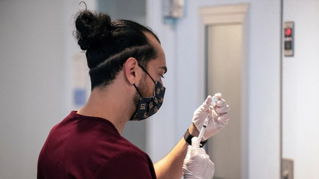 EE.UU. enviará al extranjero 20 millones de vacunas contra COVID-19 - Vacunación contra COVID-19 en Los Ángeles, EE.UU. Foto de EFE