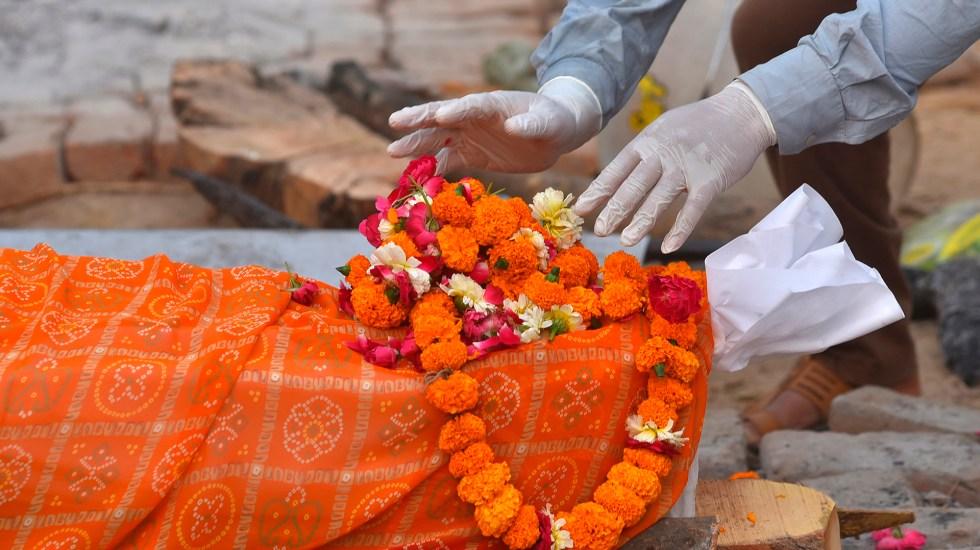 India registra nuevo récord de muertes por coronavirus; casos diarios descienden - Víctima de COVID-19 en India. Foto de EFE