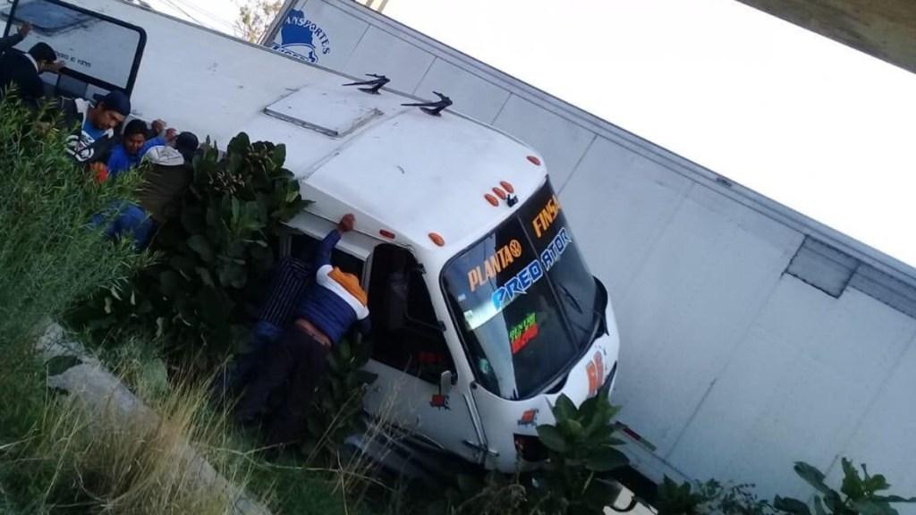 Choque entre tráiler y microbús sobre la México-Puebla deja 20 heridos - Volcadura de microbús tras choque con tráiler sobre la México-Puebla. Foto de @KarlaDa70187173