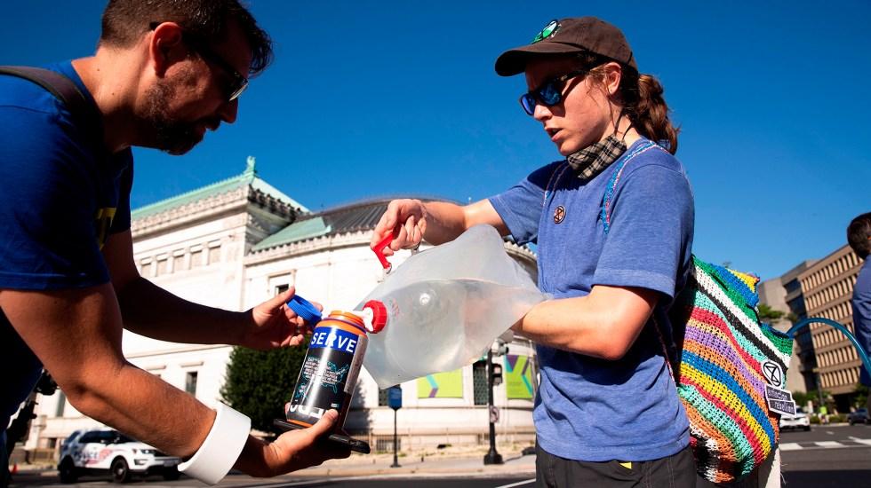 Al menos cinco muertos por ola de calor sin precedentes en Estados Unidos - Activistas reparten agua en Estados Unidos ante ola de calor. Foto de EFE