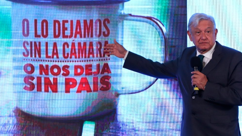 """AMLO muestra llamada de guerra sucia en CDMX; """"fueron millones"""", dijo. - AMLO López Obrador taza guerra sucia"""