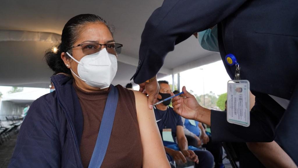Aplican segunda dosis a adultos de 50 a 59 años en Tláhuac y Xochimilco - Aplicación de segunda dosis a adultos de 50 a 59 años en Tláhuac. Foto de @Claudiashein