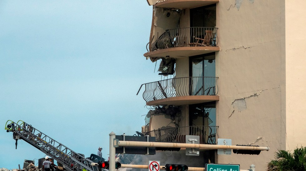 No hay reporte de mexicanos víctimas de derrumbe en edificio de Miami - Balcones dañados por derrumbe parcial de edificio en Miami. Foto de EFE