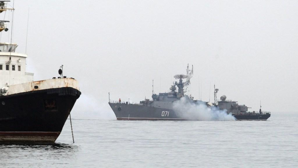"""Rusia difunde video de disparos de advertencia al HMS """"Defender"""" - Rusia difunde vídeo que muestra disparos de advertencia al HMS"""