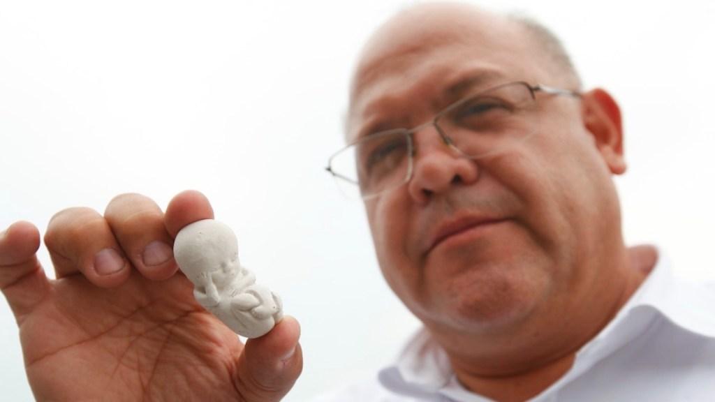 Candidato del PAN al Congreso de Jalisco reparte figuras de fetos para oponerse al aborto - Candidato del PAN en Jalisco reparte figuras de fetos para oponerse al aborto. Foto de EFE