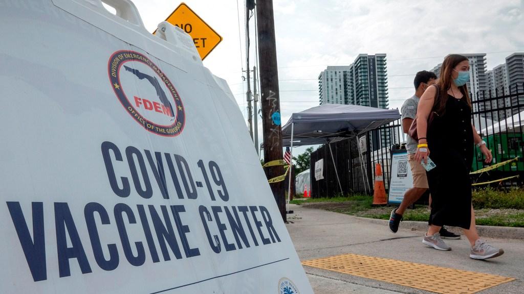 Estados Unidos admite que no logrará su meta de vacunación para el 4 de julio - Centro de vacunación COVID-19 en EE.UU. Foto de EFE