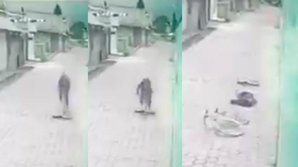 #Video Ciclista se atora en hoyo, cae de boca y muere - Ciclista que murió en Tlaxcala tras atorarse en un hoyo. Captura de pantalla