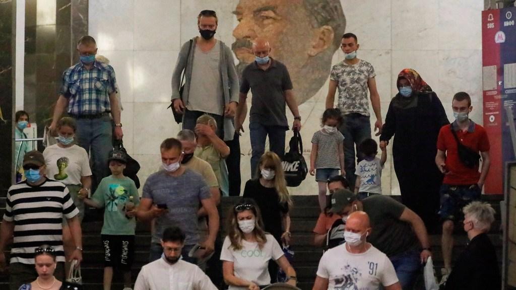 """¿Qué es la """"inmunidad de rebaño"""" y por qué no la hemos alcanzado? - Pandemia de COVID-19 en Moscú, Rusia. Foto de EFE"""