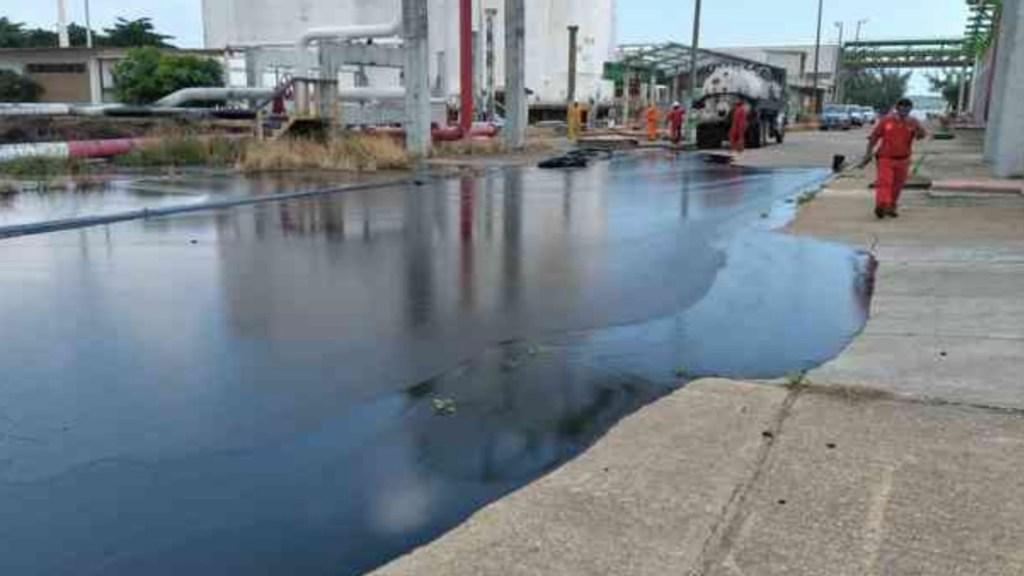 Derrame de hidrocarburo afecta a laguna en Pajaritos, Veracruz - Derrame de hidrocarburo afecta a laguna en Pajaritos, Veracruz. Foto de Al Calor Político