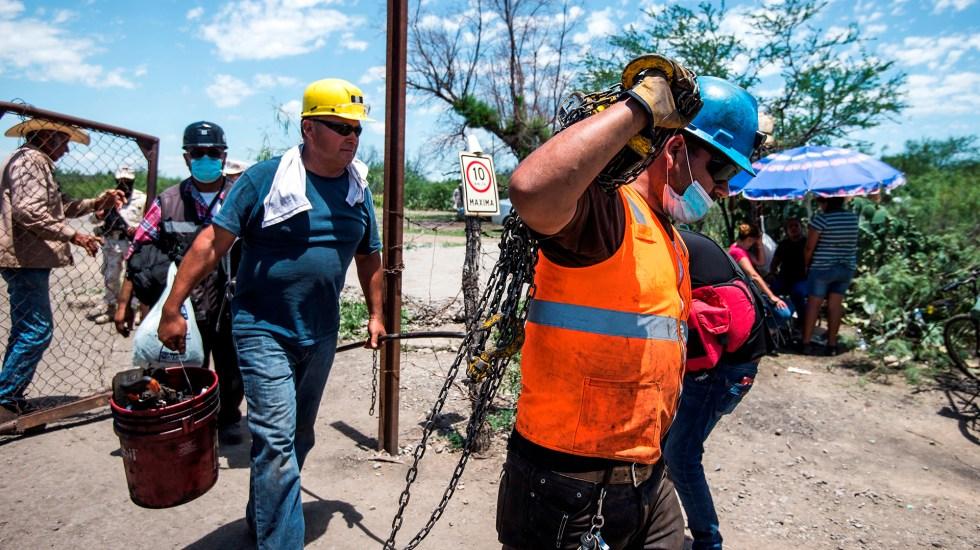 Suman cuatro mineros rescatados sin vida en Coahuila - Hombres que laboran en rescate de cuerpos de mineros atrapados en Coahuila. Foto de EFE