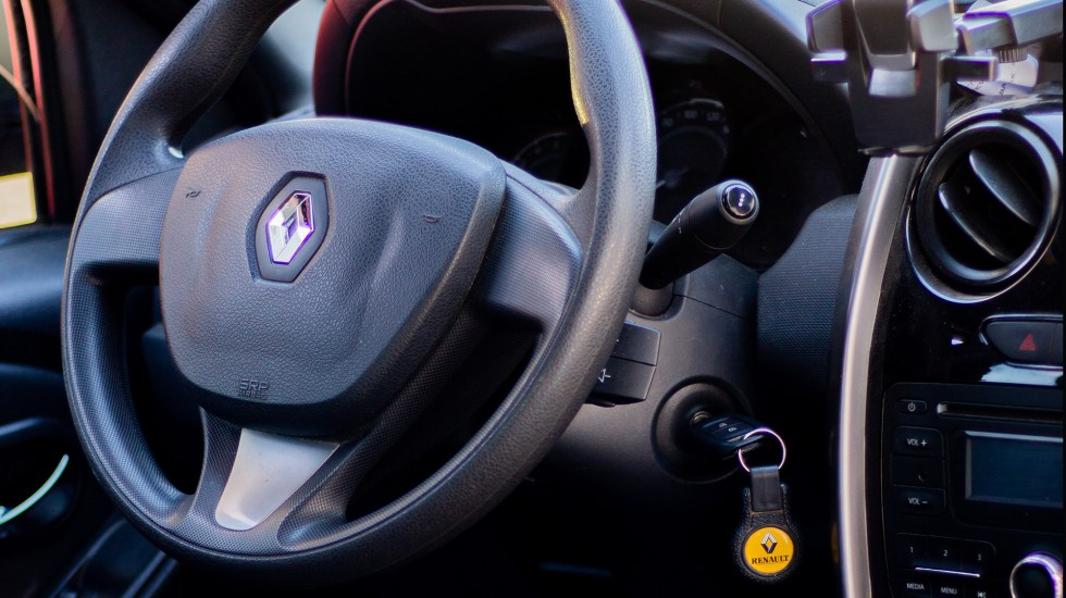 Imputan en Francia a Renault por 'engaño' en control de emisiones contaminantes - Logo de Renault en volante de auto. Foto de Ezequiel Garrido / Unsplash