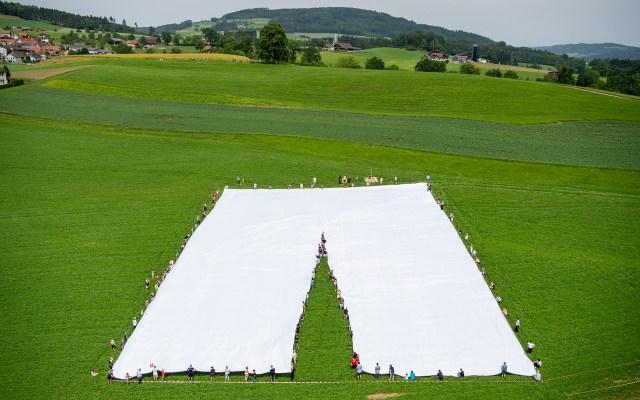 Los pantalones más grandes del mundo están en Suiza - El pantalón más grande del mundo mide 70 m de largo, 40 m de ancho y 700 kg de peso; tiene una cremallera de 16 m de largo y el botón mide un metro de diámetro. Los pantalones fueron cosidos por Xwendekar Kelesh y presentados en Lucerna, Suiza. Foto de EFE