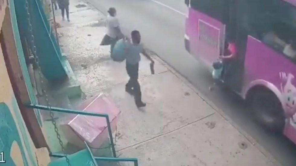 #Video Camión arrastra a menor en calles de Monterrey - #Video Menor cuelga mientras desciende de camión en Monterrey. Foto tomada de video