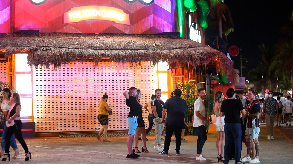 Caribe mexicano implementa restricciones tras alza de casos de COVID-19 - Operativo sanitario en bares y restaurantes de Cancún, Foto de EFE