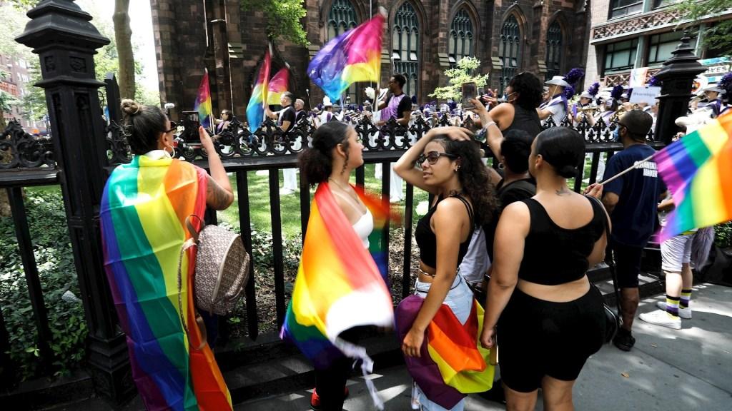 Nueva York celebra el orgullo LGBT virtual, pero miles salen a las calles - Orgullo gay Nueva York 2