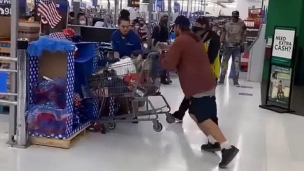 #Video Empleado de Walmart noquea a cliente de un puñetazo - Pelea Walmart Colorado EEUU