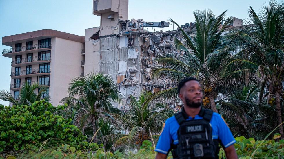 Policía de Miami sitúa en 99 el número de desaparecidos tras derrumbe en edificio - Policía en Miami-Dade resguarda zona de edificio derrumbado parcialmente. Foto de EFE