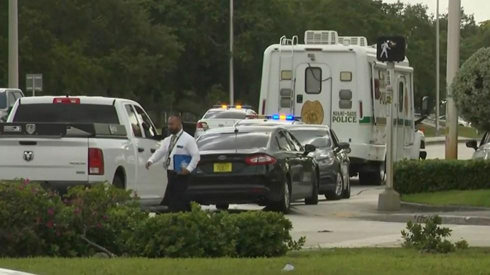 Nuevo tiroteo en Miami deja tres muertos y seis heridos - Policías de Miami Dade en escena de tiroteo. Captura de pantalla / WPLGLocal10
