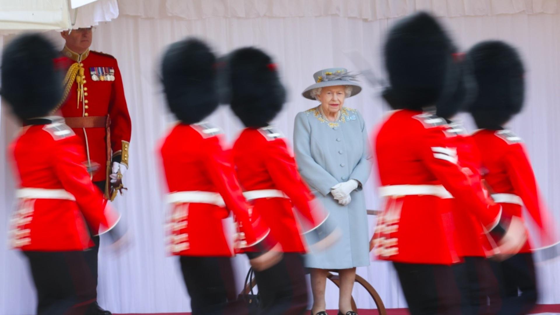 Isabel II asiste a desfile por su cumpleaños oficial