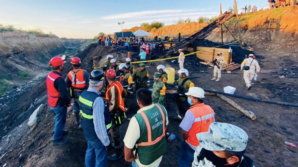 Rescatan cuerpo sin vida de minero atrapado en derrumbe en Coahuila - Continúan labores de rescate de mineros atrapados en Coahuila. Foto de Twitter @CNPC_MX