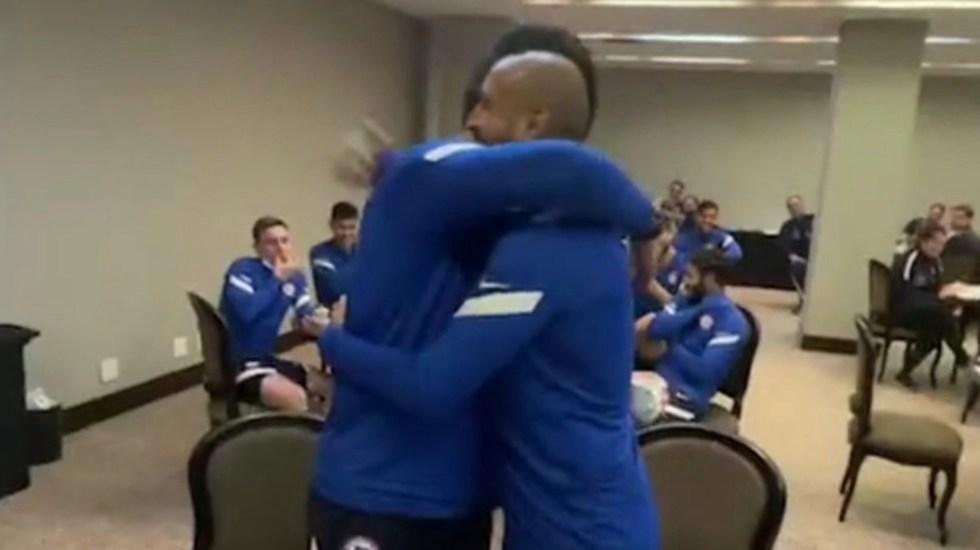 Claudio Bravo y Arturo Vidal cierran diferencias con un abrazo - Claudio Bravo y Arturo Vidal cierran diferencias con un abrazo. Foto tomada de video