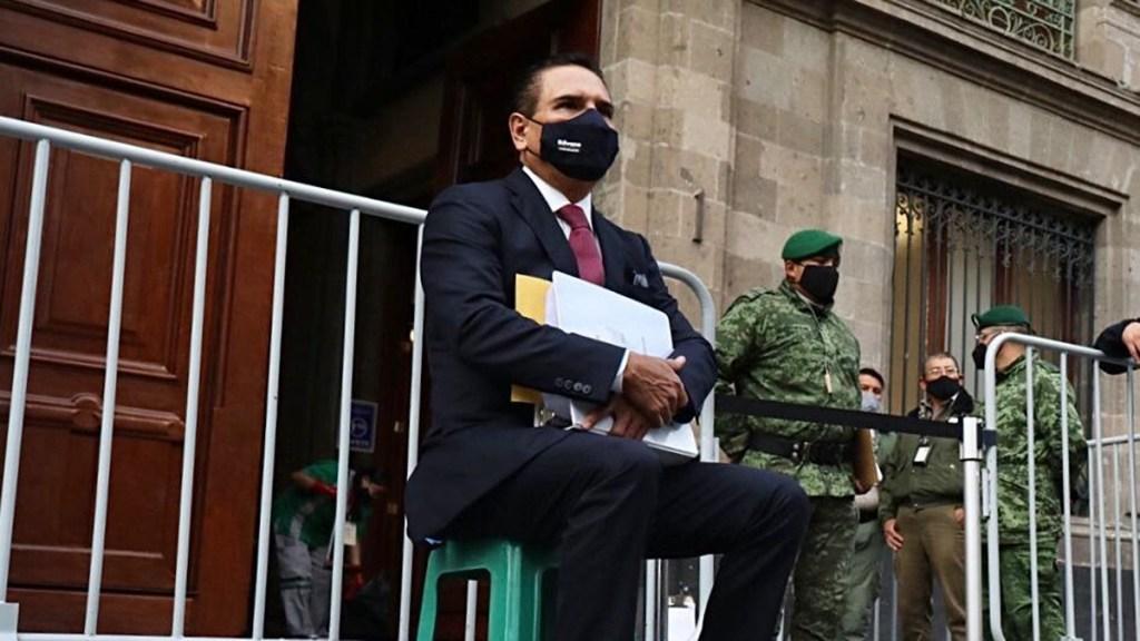 Acude Silvano Aureoles a Palacio Nacional con supuestas pruebas de que Morena es 'narcopartido'; AMLO no lo recibirá - Silvano Aureoles afuera de Palacio Nacional. Foto de @Silvano_A