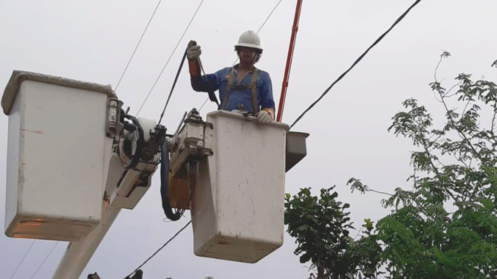 Restablecen al 100 % suministro eléctrico en zonas afectadas por 'Dolores' - Trabajos de CFE para restablecer suministro de energía eléctrica. Foto de CFE