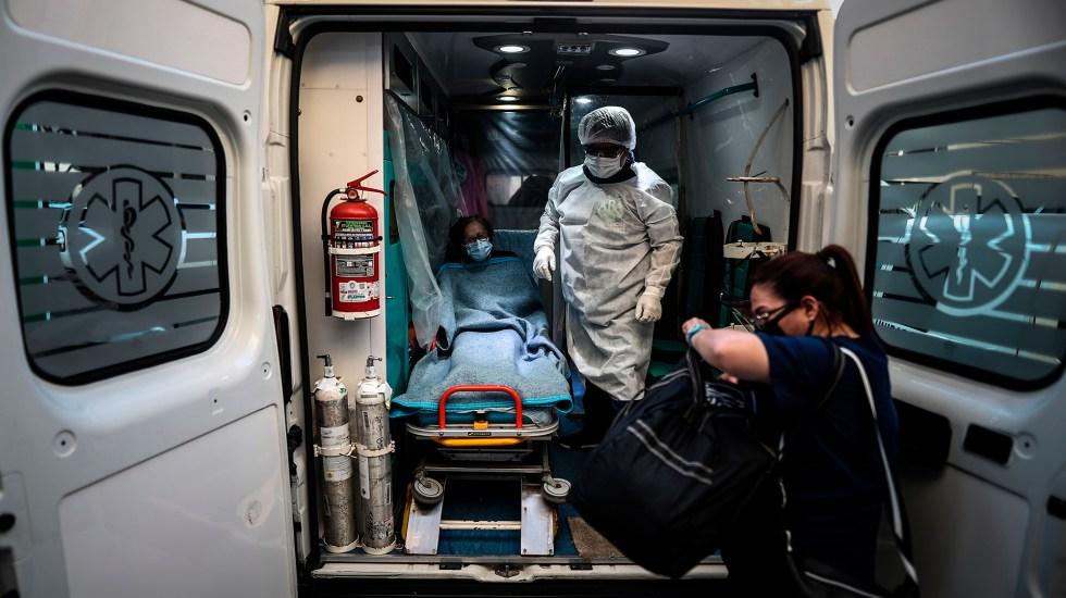 Argentina extenderá restricciones ante segunda ola de COVID-19 - Traslado a hospital en Argentina de paciente de COVID-19. Foto de EFE
