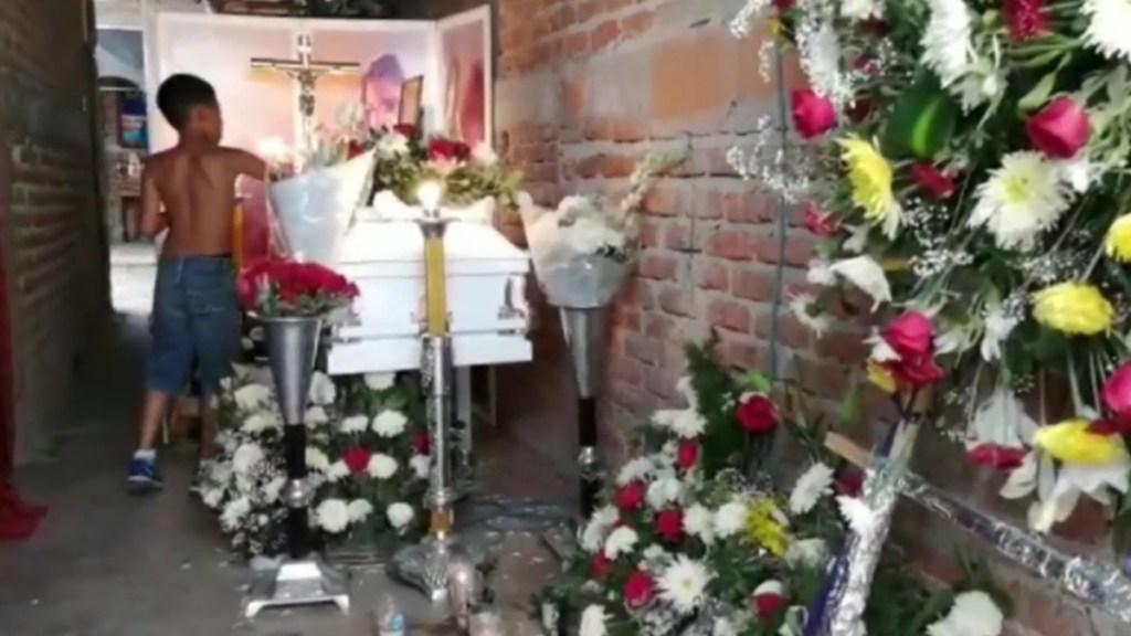 Acusan a policía de Irapuato de asesinar a niño de 12 años - Velorio en Irapuato de niño de 12 años, presuntamente asesinado por un policía. Captura de pantalla / Noticieros Televisa