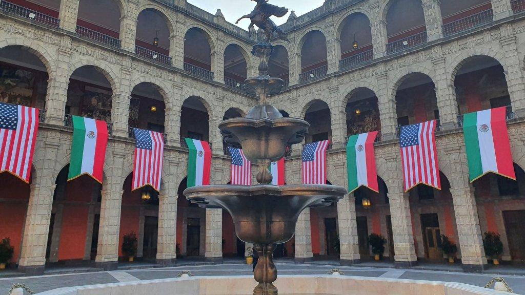 La agenda en México de la vicepresidenta Kamala Harris de EE.UU. - Palacio Nacional adornado por la visita de Kamala Harris. Foto de @r_velascoa